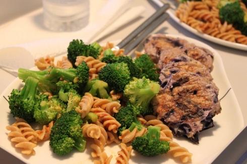 Kyllingefrikadeller med pasta og brocoli
